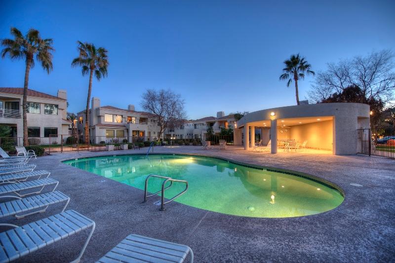 021_area-pool-night